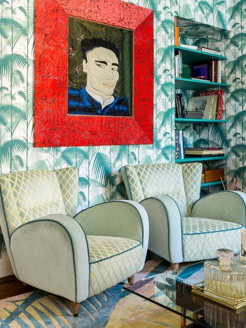 Salon z tapetą na ścianie, kontrastowym obrazem oraz fotelami retro