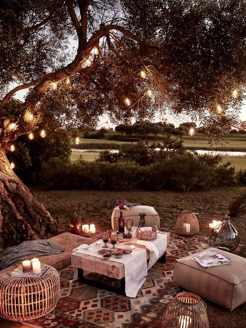 Boho przyjęcie w ogrodzie ze stokiliem, lampionami oraz pufami