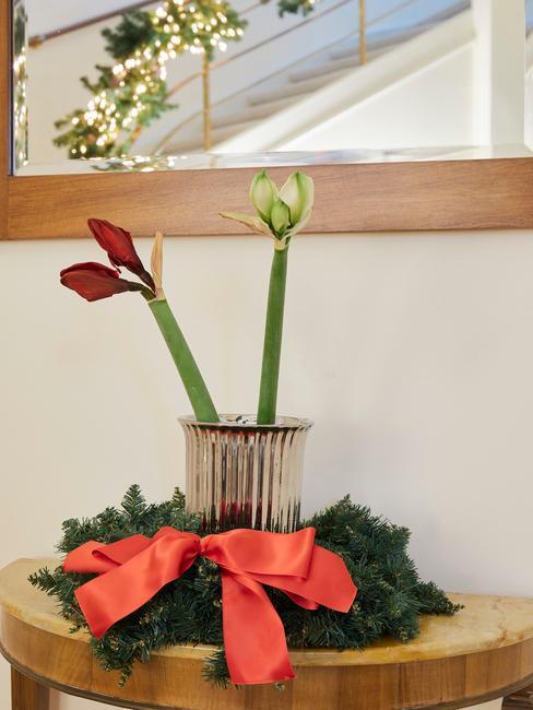 Prosty stroik na stół z wazonu, kwiatów oraz wieńca wykonanego ze świerku