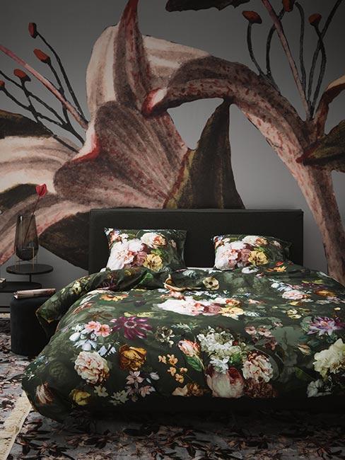 Sypialnia w zieleni z tapetą w kwiaty