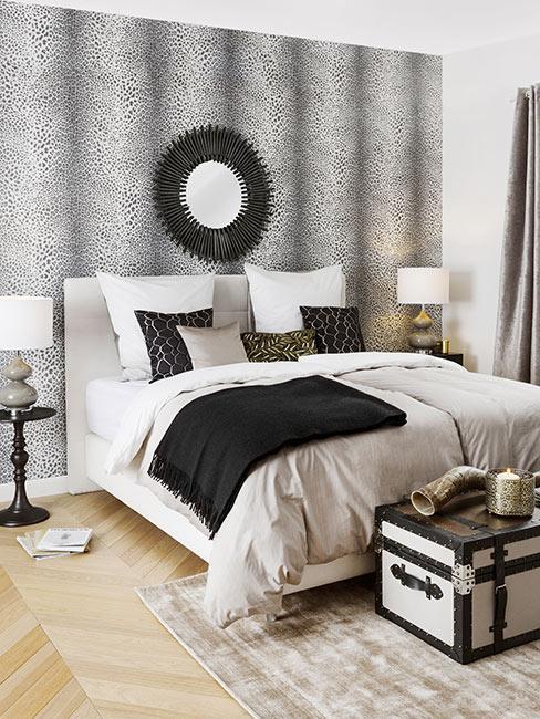 Sypialnia z tapetą w panterkę