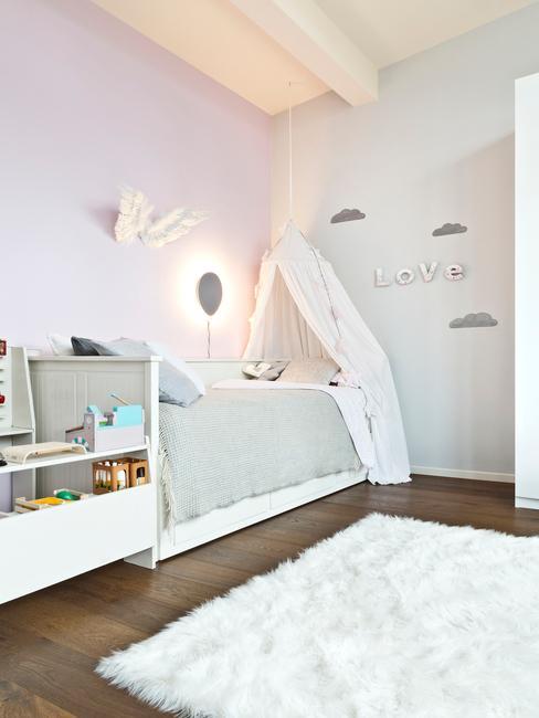 Jasnoszary pokój starszego dziecka z łóżkiem z baldachimem, białym dywanem oraz szafką na zabawki