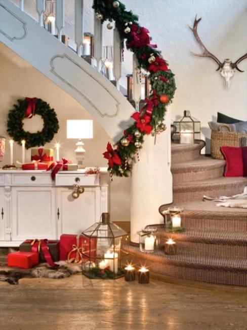 Pokój ze schodami w stylu amerykańskim udekorowany świątecznymi dekoracjami