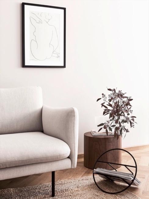 Canapé minimaliste clair avec une table d'appoint simple et naturelle et vase transparent avec une fleur