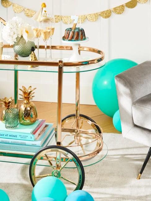 Sidetable op wielen van goud me blauwe accessoires