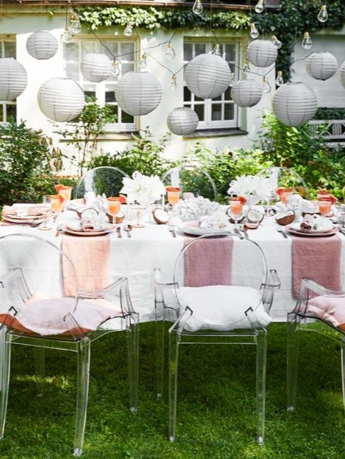 Deko für Babyparty im Garten mit Lichterkette, Speiseteller, Besteck und Dekoration