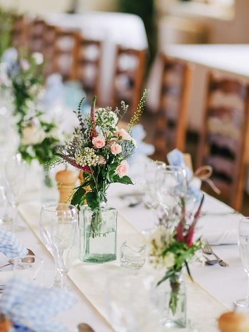 Kleiner Bluemstrauß auf Hochzeitstisch