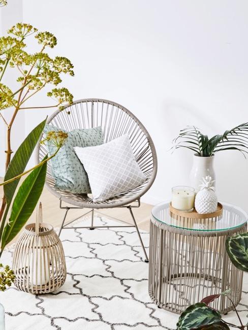 Grijze zithoek met witte decoratie en groene planten