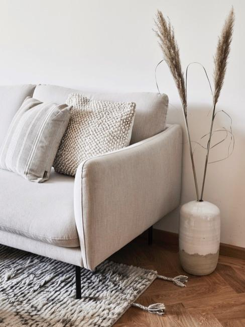 sofá color crema en salón con decoraciones de tonos neutros