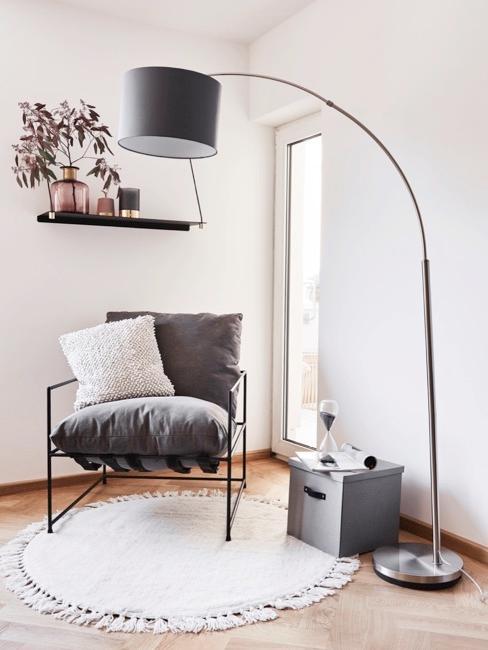 Zithoek met fauteuil, wandplank en booglamp