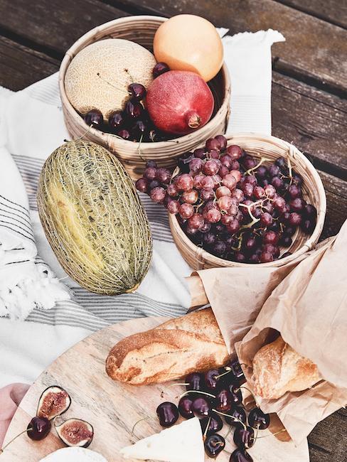 Zbliżenie kocu piknikowego z jedzeniem na pomoście