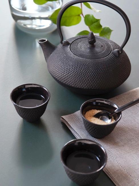 Tetera japonesa negra con juego de tazas de té