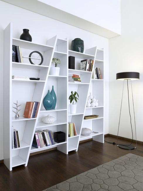 Półka ścienna w kolorze białym o geometrycznym kształcie