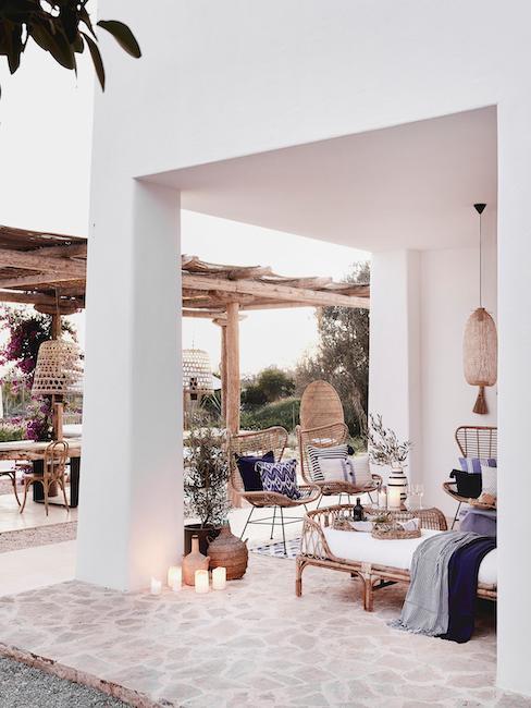 Terras met natuurlijke decoratie en meubilair