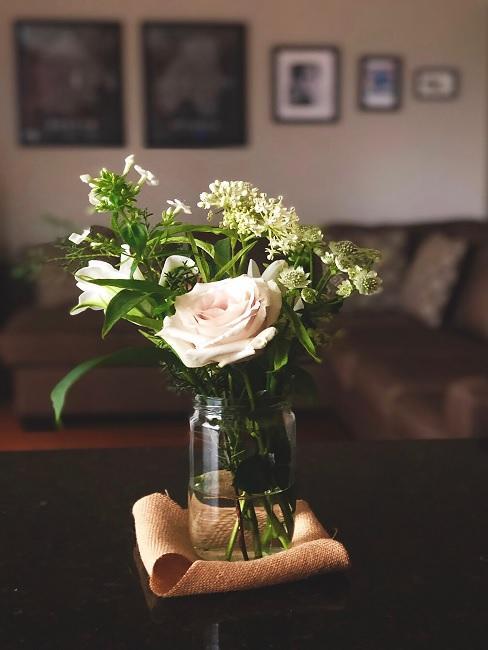 Weiße Rosen in Glasvase
