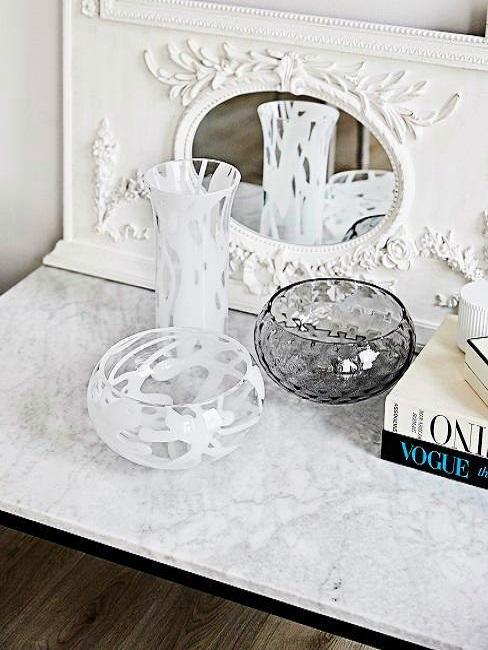 Barokspiegel met wit marmerren tafelblad met vaas, glazen potjes en boeken