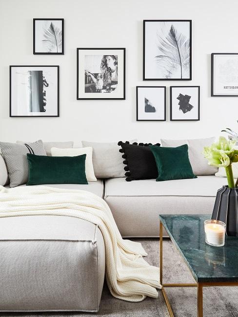 Bilder im Wohnzimmer über einer Couch