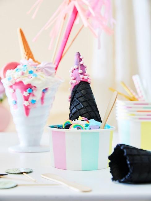 Lód w czarnym wafelku i kolorowym kubeczku z dodatkami
