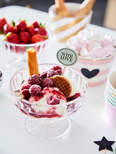 Lody domowej roboty z malinami, truskawkami i waflami