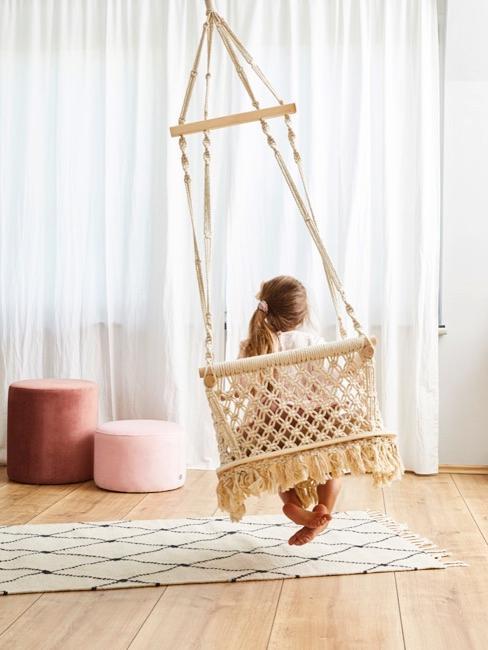 Rotan schommel in de kinderkamer
