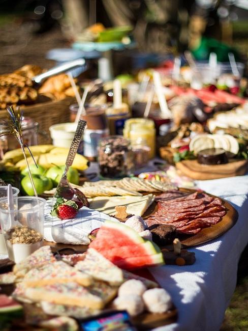 Ontbijttafel met koude hapjes; vlees, fruit, confituur, broodjes voor het vieren van Diamanten huwelijk