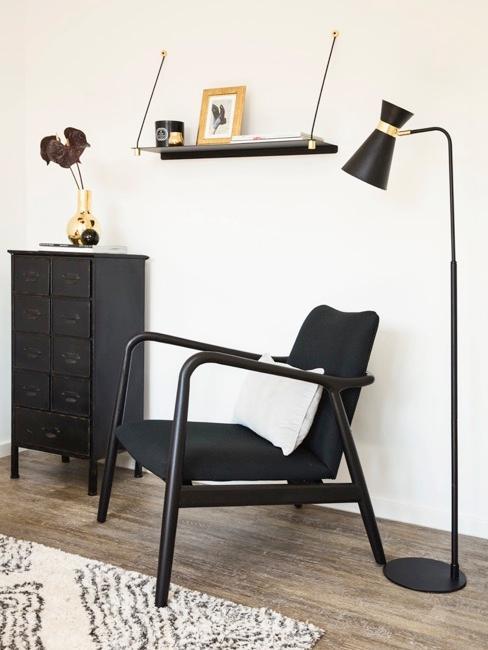 Sala de estar decorada en negro y dorado