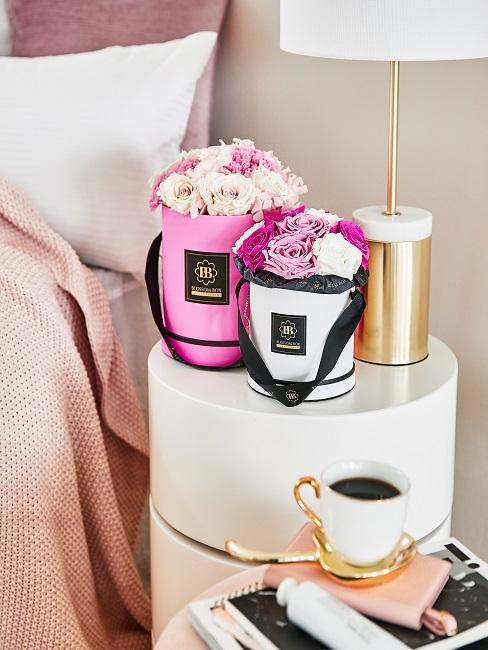 Getrocknete Rosen neben dem Bett im Schlafbereich