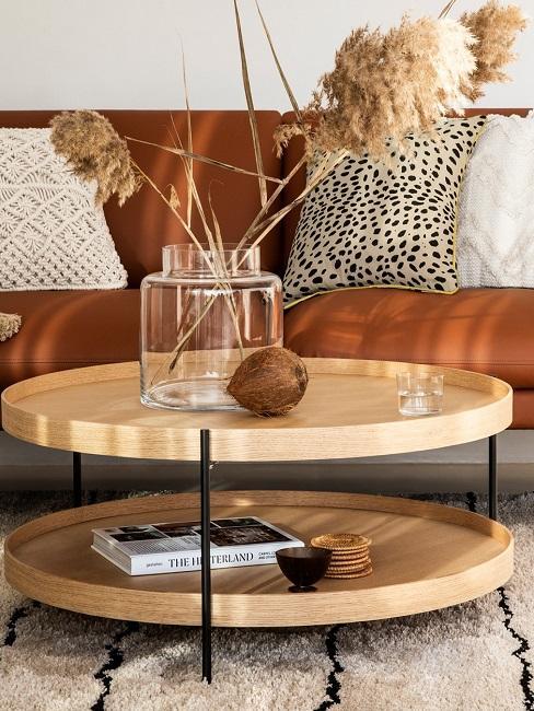 Canapé en cuir orange avec table d'appoint en bois clair et coussin décoratif