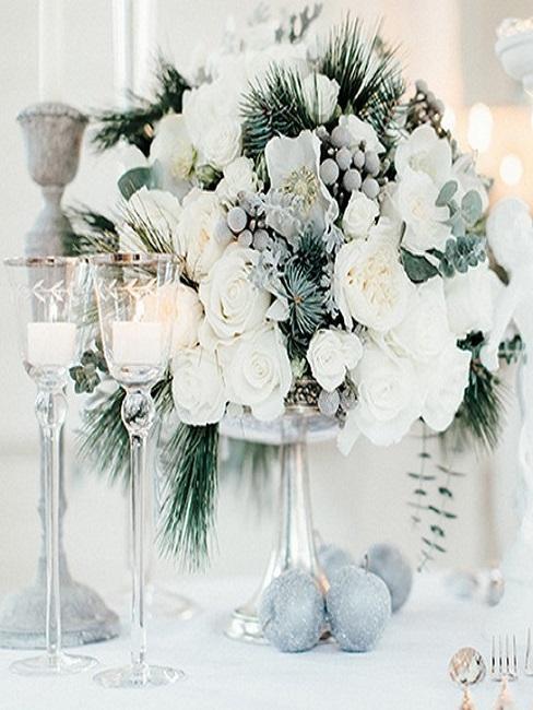Décoration florale sur la table de mariage de fleurs blanches et détails déco de Noël