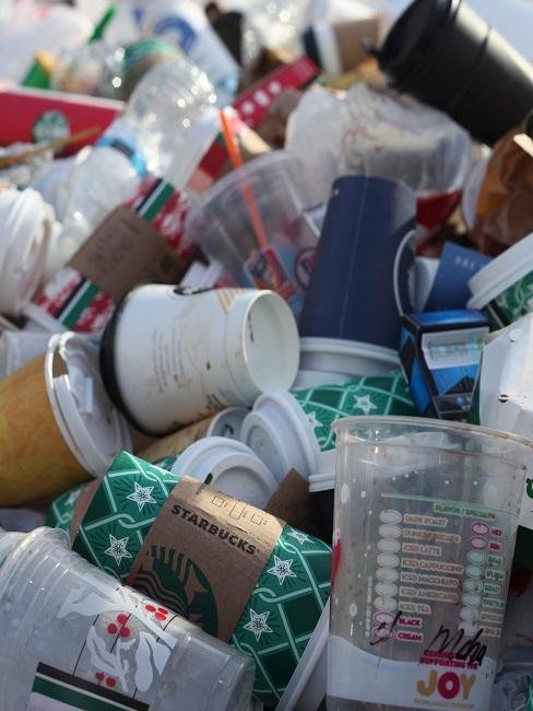 Müllberg aus Plastik und to go-Bechern