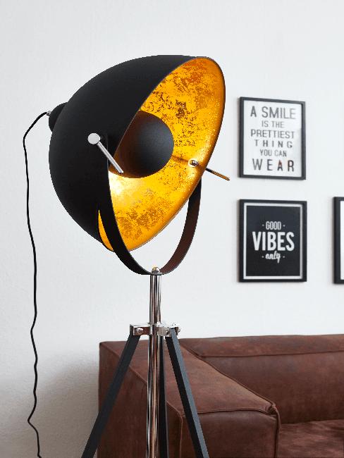 Große schwarze Lampe im Retro Stil