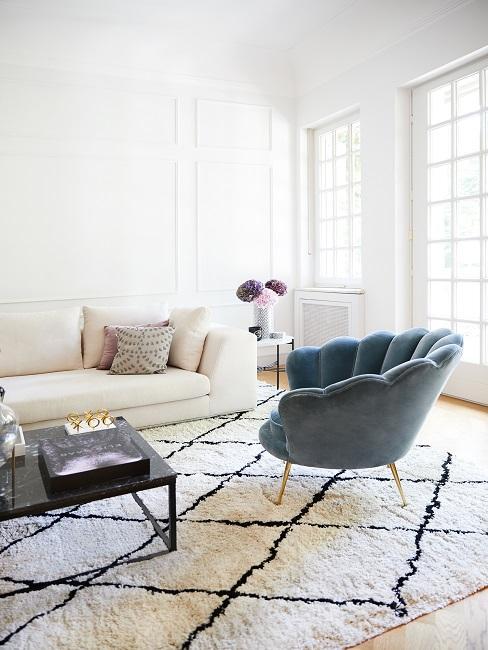 Schöne Zimmer Wohnzimmer mit weißem Sofa, kariertem Teppich und blauem Muschelsessel