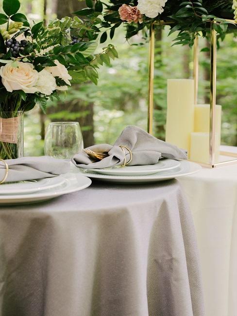 Tischdecke waschen: Weiße Tischdecke mit Geschirr und Kerzen