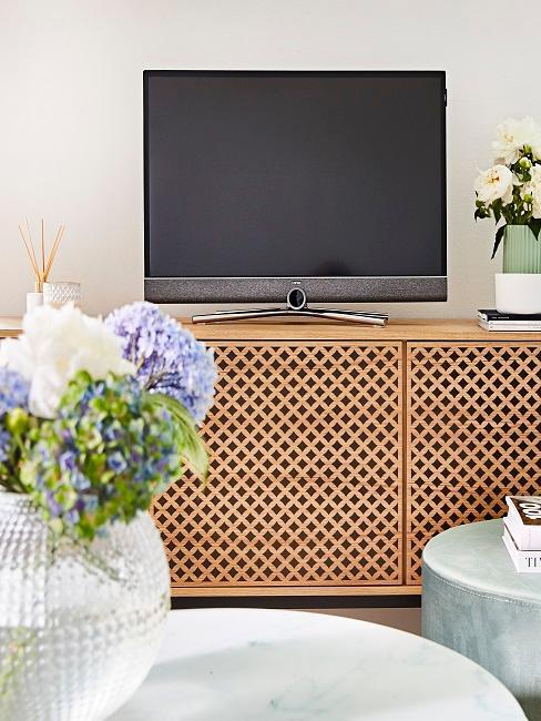 Stromkabel Farben: Fernseher auf Sideboard