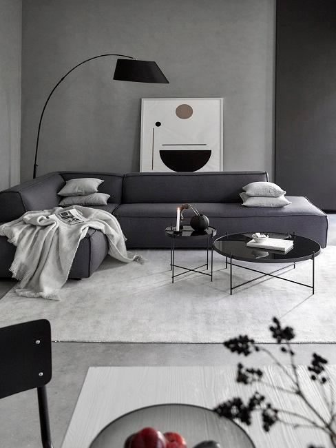 Graues Wohnzimmer mit großer Couch
