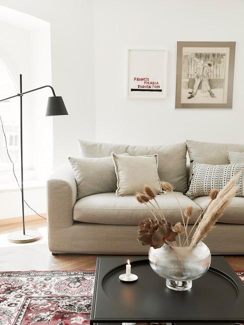 Beige Couch vor einer Gallery Wall