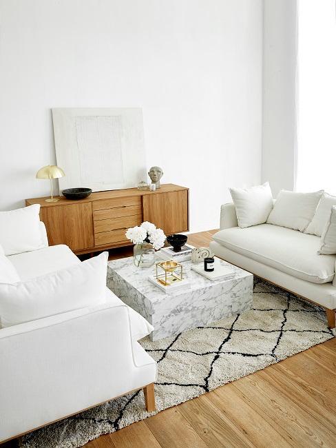 Weißes Wohnzimmer mit Holzelementen und Marmortisch