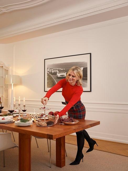 Tamara Gräfin von Nayhauß beim Dekorieren des weihnachtlichen Tisches in dem Essbereich