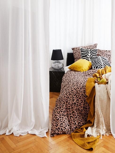 Vintage Schlafzimmer mit Decke und Kissen in Animal-Print