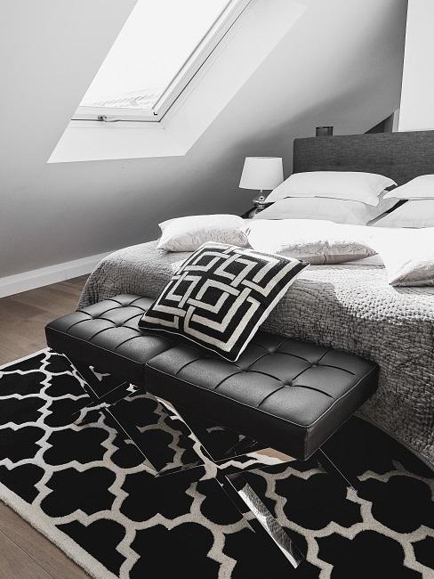 Veganes Leder schwarze Polsterbank neben Bett mit Kissen