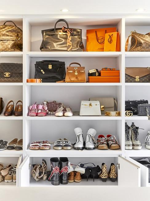 Begehbarer Kleiderschrank Regal mit Schuhen und Taschen