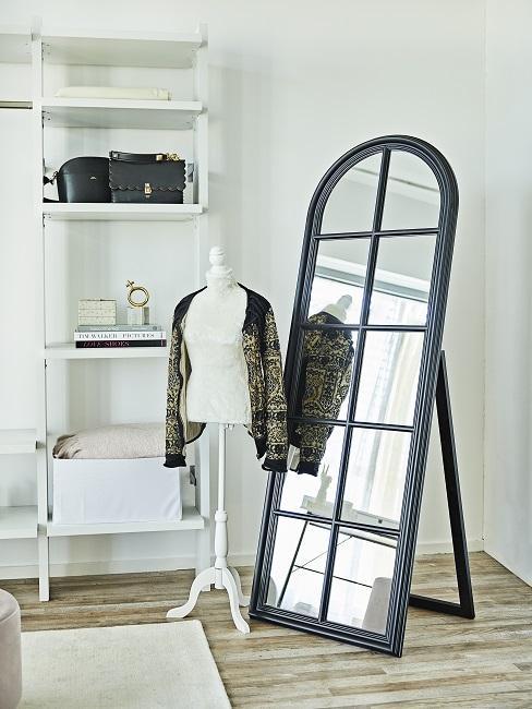 Begehbarer Kleiderschrank Spiegel, Regal und Puppe