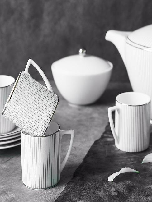 Geschirr-Set im klassischen Look: In Weiß mit feinen Streifen