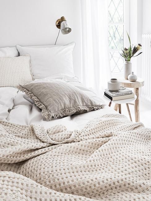 Helles Bett mit Bettwäsche aus leichtem Material in Weiß im sommelichen Look