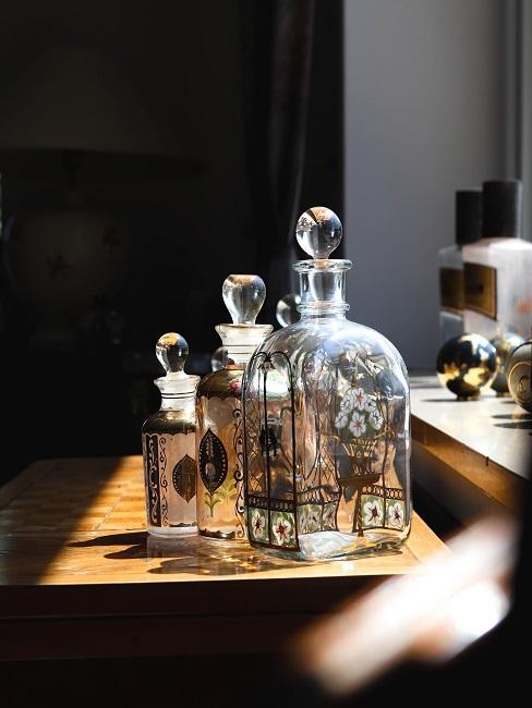 Leere Flaschen auf einem Holztisch am Fenster