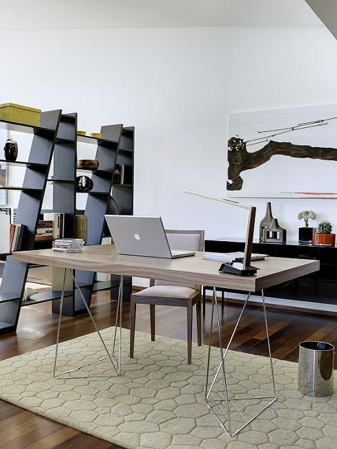 Bauhausstil Zimmer mit schwarzem Regal, schwarzem Sideboard, Schreibtisch aus Holz und Teppich
