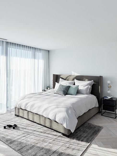 Designer Schlafzimmer mit Bett, Kissen und Teppich in Grau, Weiß und Grün