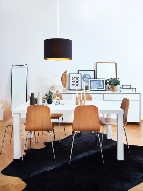 Retro Stil Esszimmer mit schwarzem Fellteppich