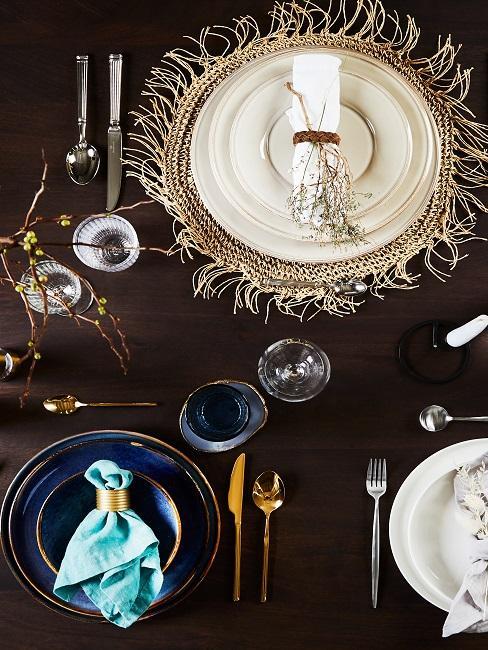 Gedeckter Tisch mit Cotetable Keramik Geschirr