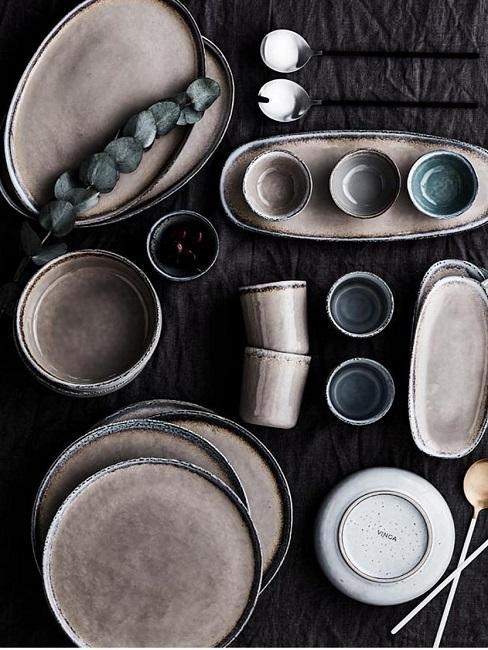 Keramik Geschirr auf Tisch
